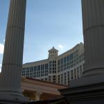Bellagio durch die Säulen des Caesears Palace. © Tanja Banner