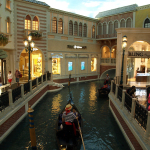 Ein Kanal mit Gondel im Venetian. © Tanja Banner