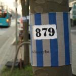 Stoffbinden an Bäumen in der Mainzer Landstraße in Frankfurt. © Tanja Banner