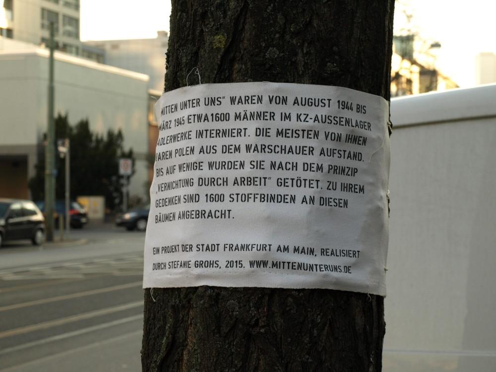 Stoffbinden an Bäumen in der Mainzer Landstraße in Frankfurt