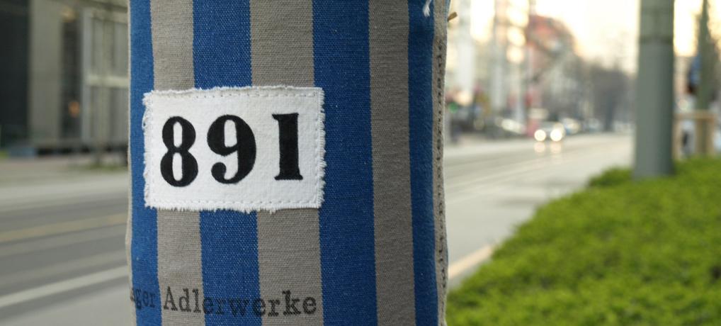 Stoffbinde an einem Baum in der Mainzer Landstraße in Frankfurt. © Tanja Banner