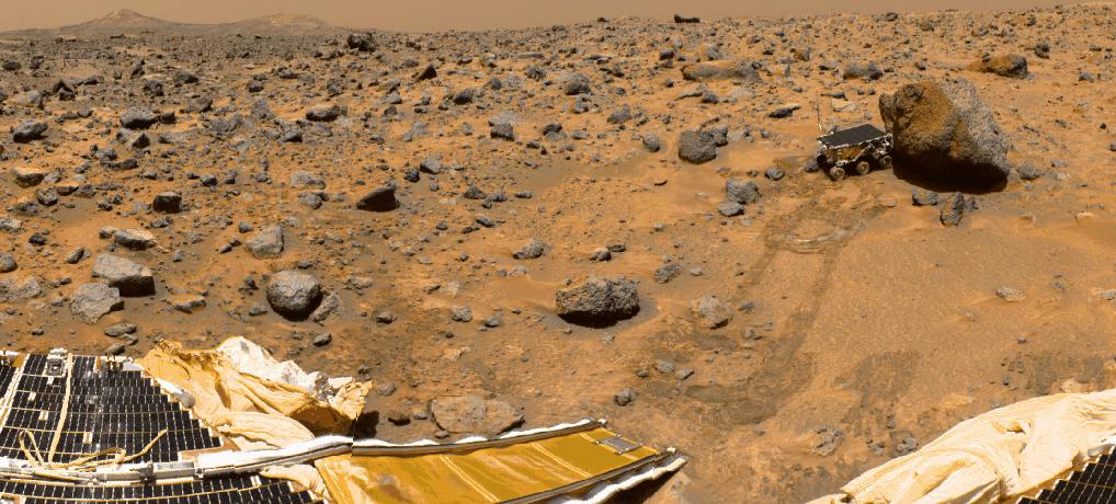 Pathfinder (unten) und der Rover Sojourner auf dem Mars. © NASA